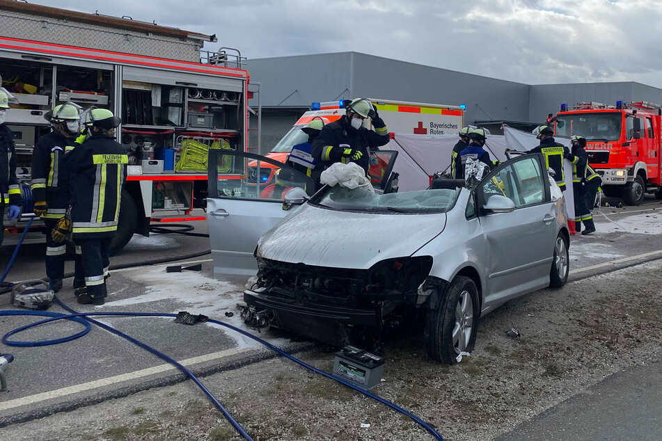 Auto rast über Verkehrsinsel: Feuerwehr holt zwei Verletzte aus Wrack
