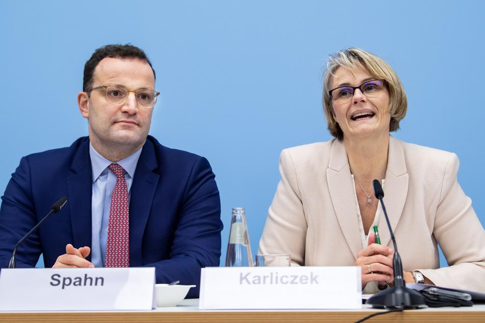 Jens Spahn (l, CDU), Bundesgesundheitsminister, und Anja Karliczek (CDU), Bundesministerin für Bildung und Forschung.