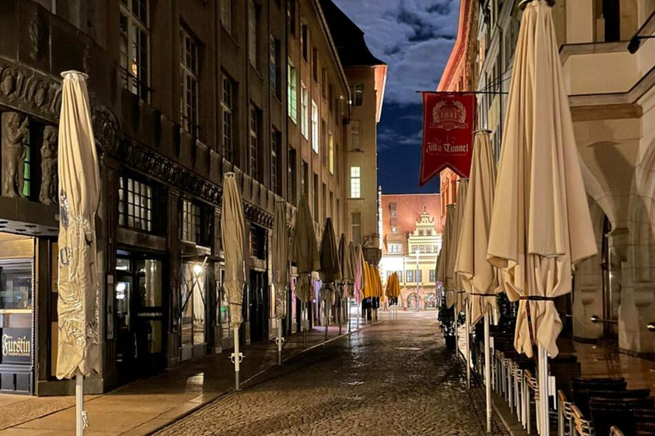 Laut Sachsen Ministerpräsident Michael Kretschmer (45, CDU) bleiben Restaurants wie hier im Leipziger Barfußgässchen noch bis mindestens nach Ostern geschlossen.