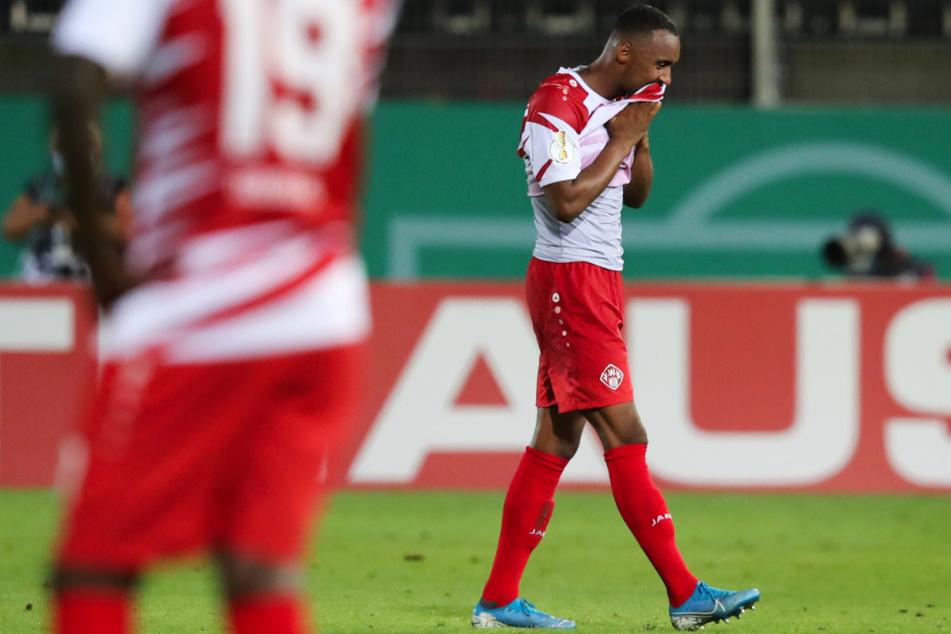 Saliou Sané schlich nach der 2:3-Niederlage der Würzburger Kickers im DFB-Pokal gegen Hannover 96 niedergeschlagen vom Platz.