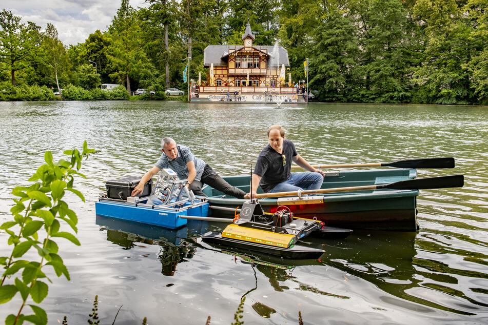 Jörg Matschullat und Student Karsten Gustav helfen dem Schwimm-Roboter bei seiner Jungfernfahrt.