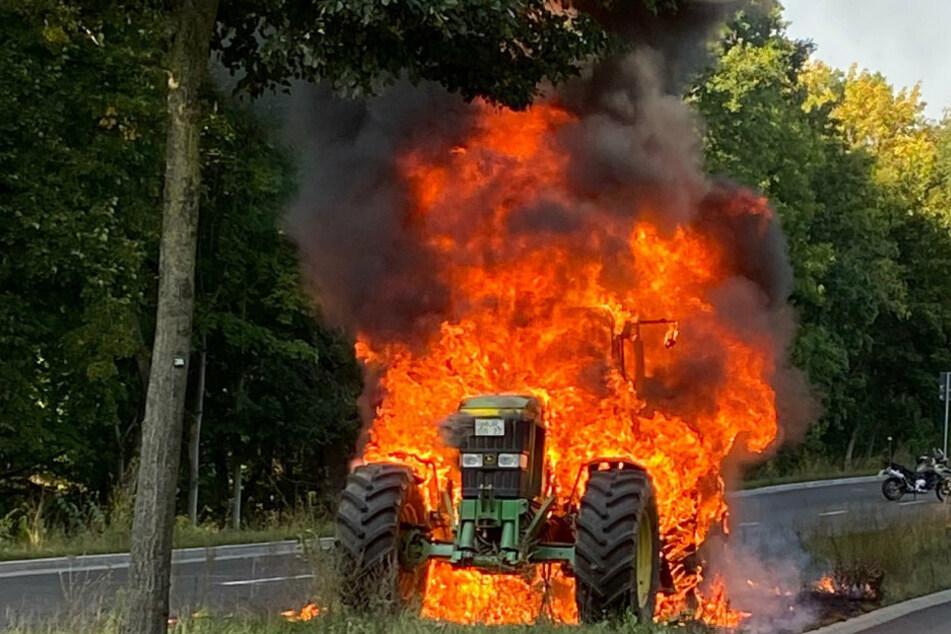 Berlin: Traktor beginnt nahe einer Tankstelle zu qualmen, Fahrer reagiert genau richtig