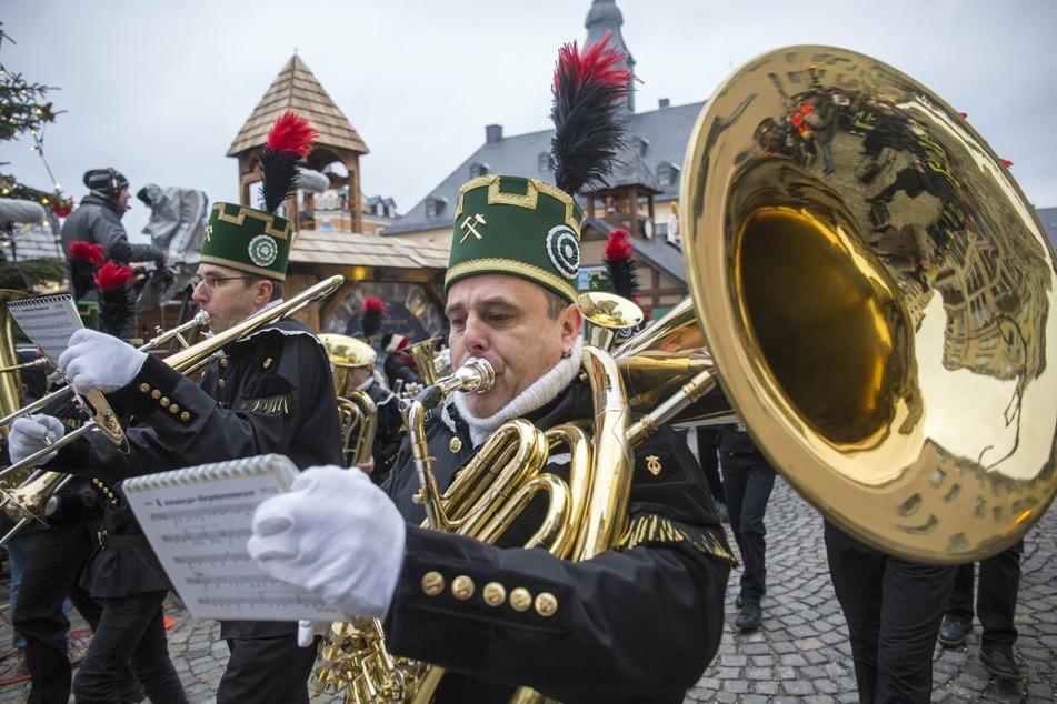 Bergparaden, wie hier in Annaberg-Buchholz, wird es in diesem Jahr im Erzgebirge wohl kaum geben (Archivbild).