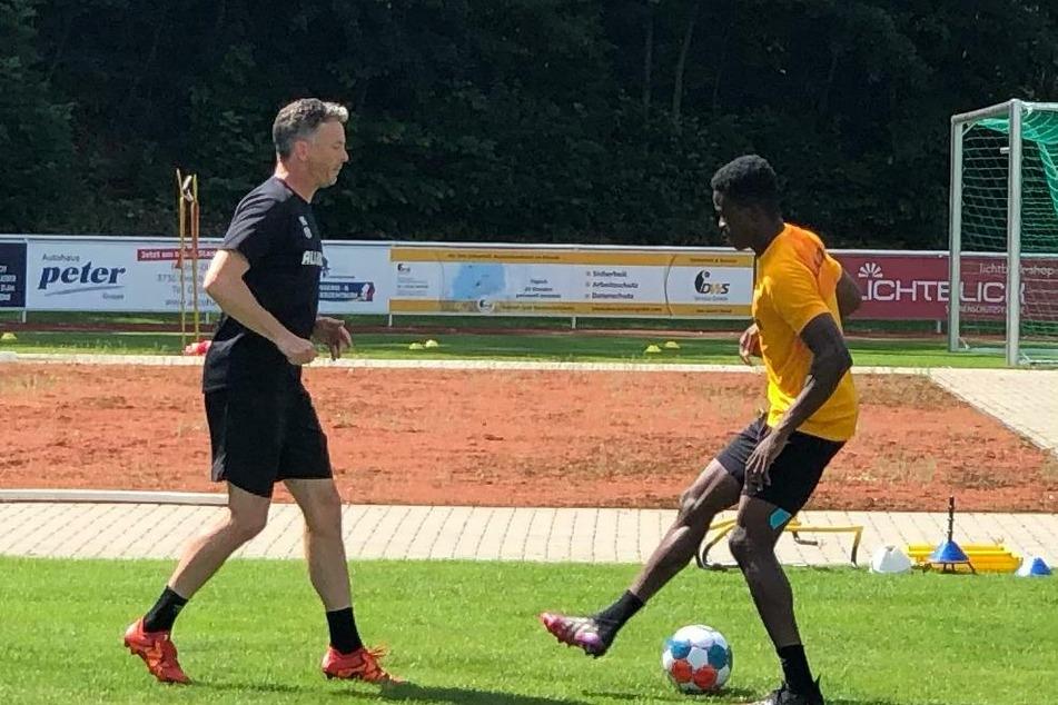 Michael Akoto trainierte zusammen mit Athletiktrainer Matthias Grahe (l.).
