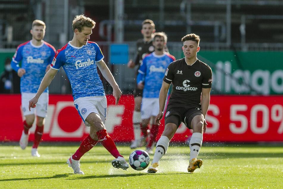 Wie in dieser Situation hatten die Kiezkicker um Mittelfeldspieler Finn Ole Becker (r.) gegen Holstein Kiel oft das Nachsehen.