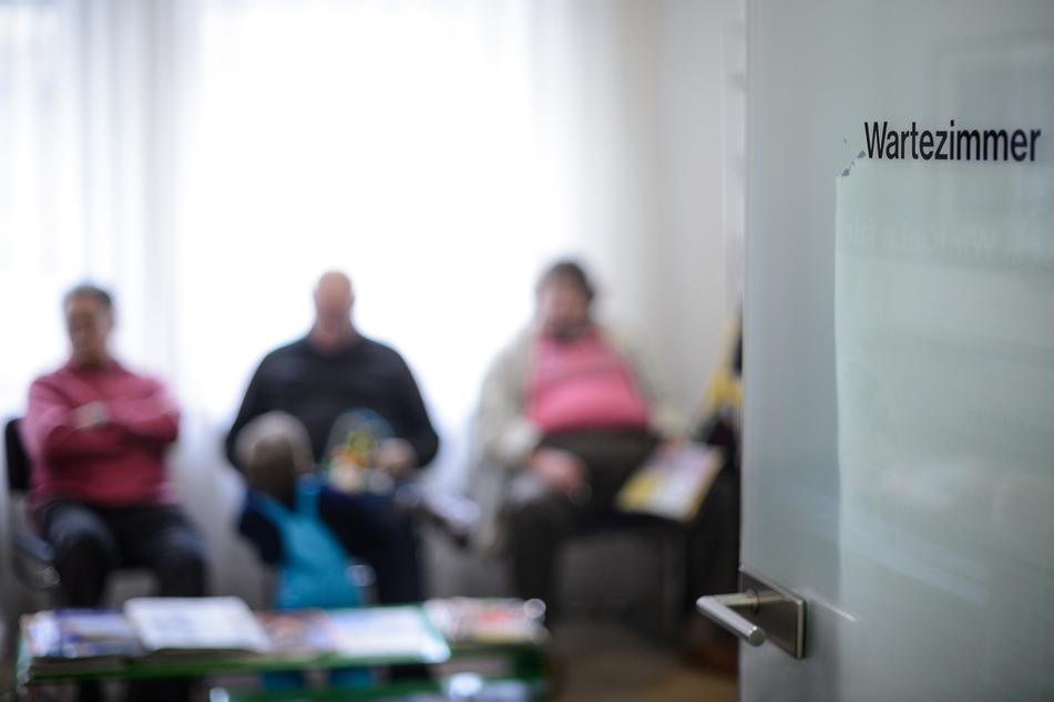 Patienten warten im Wartezimmer einer Arztpraxis (Symbolbild).
