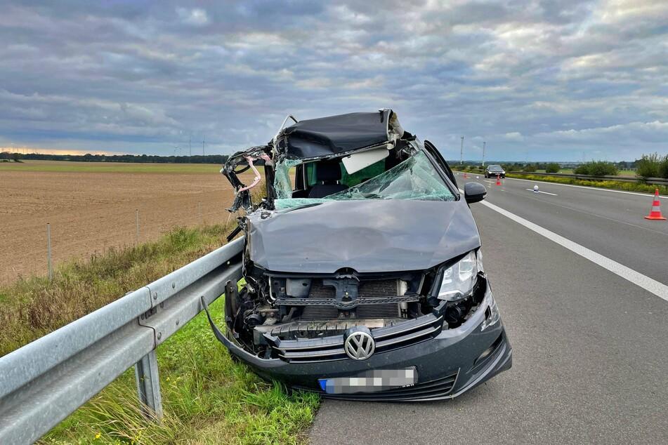 Nach einem heftigen Crash mit einem LKW und der Mittelplanke kam der VW-Sharan rechts neben der A24 zum Stehen.