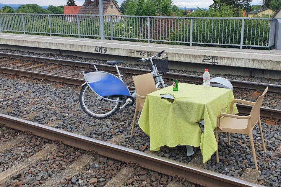 Die Unbekannten drapierten die Möbel auf den Gleisen.