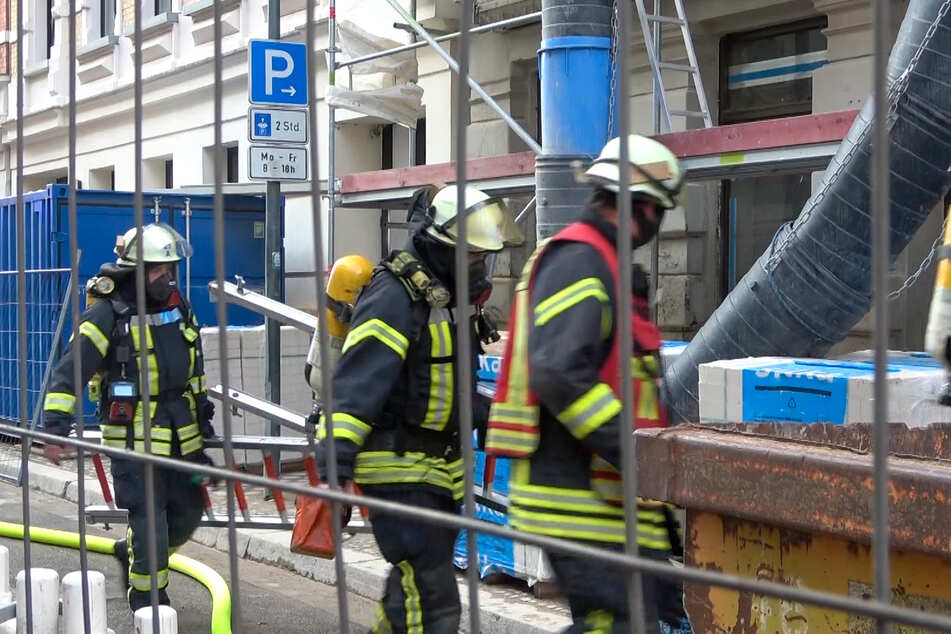 Weil er einen Brand löschen wollte: Bauarbeiter landet im Krankenhaus!