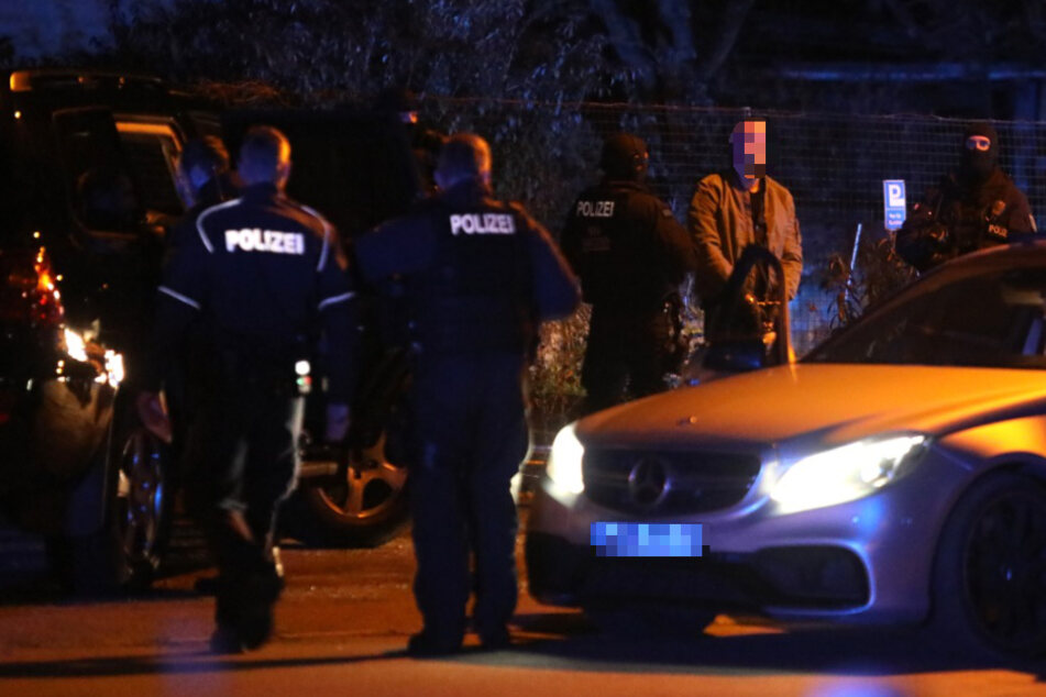 Ein 42-Jähriger ist am Samstag in Leipzig einer Polizeikontrolle unterzogen worden. Weil der Mann über einen Waffenschein verfügen soll, kam dabei sogar die lebEL-Gruppe zum Einsatz.