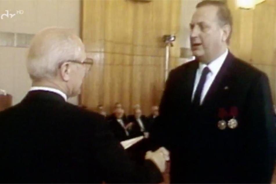 Schalck-Golodkowski (r.) wurde 1984 vom Generalsekretär der DDR Erich Honecker (†81) für seine Verdienste ausgezeichnet.