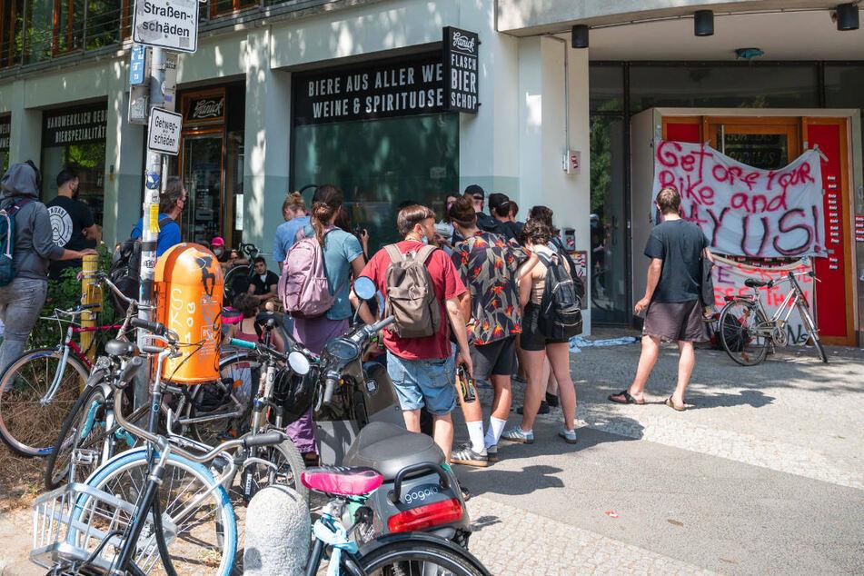 Vor der Gorillas-Zentrale in Berlin streiken Mitarbeiter des Lieferdienstes für bessere Arbeitsbedingungen. Am Dienstag will sich Bundesarbeitsminister Hubertus Heil persönlich in den Streit einschalten.