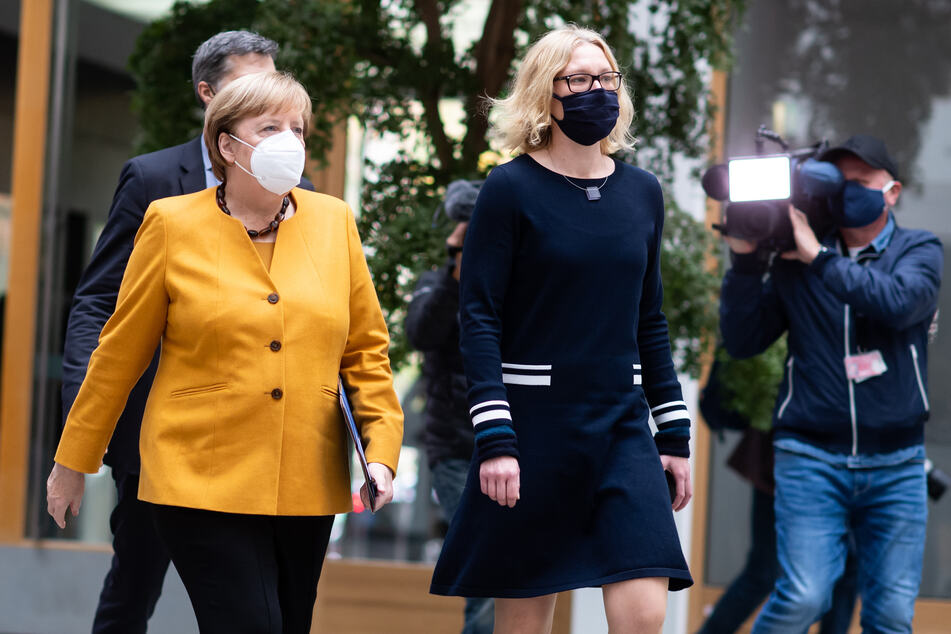 Bundeskanzlerin Angela Merkel (CDU, l.) wurde bei dem Termin sowohl von Personenschützern und etlichen Journalisten begleitet, als auch von Corinna Buschow, der Vorsitzenden der Bundespressekonferenz.