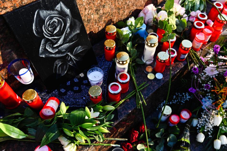 Blumen und Kerzen wurden nach dem Anschlag am Marktplatz in Hanau aufgestellt.
