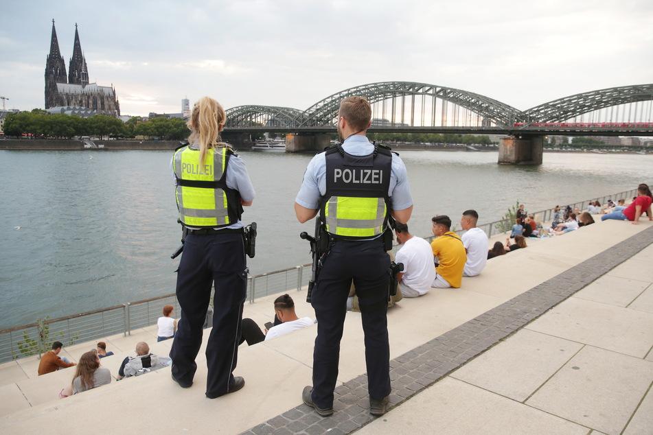 Der Kölner Rheinboulevard gilt bei schönem Wetter als Menschen-Hotspot - zu Corona-Zeiten kann das schnell zum Problem werden. (Archivfoto)