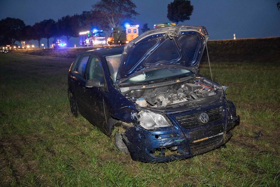 Schwerer Crash auf Bundesstraße: Autos landen auf Feld