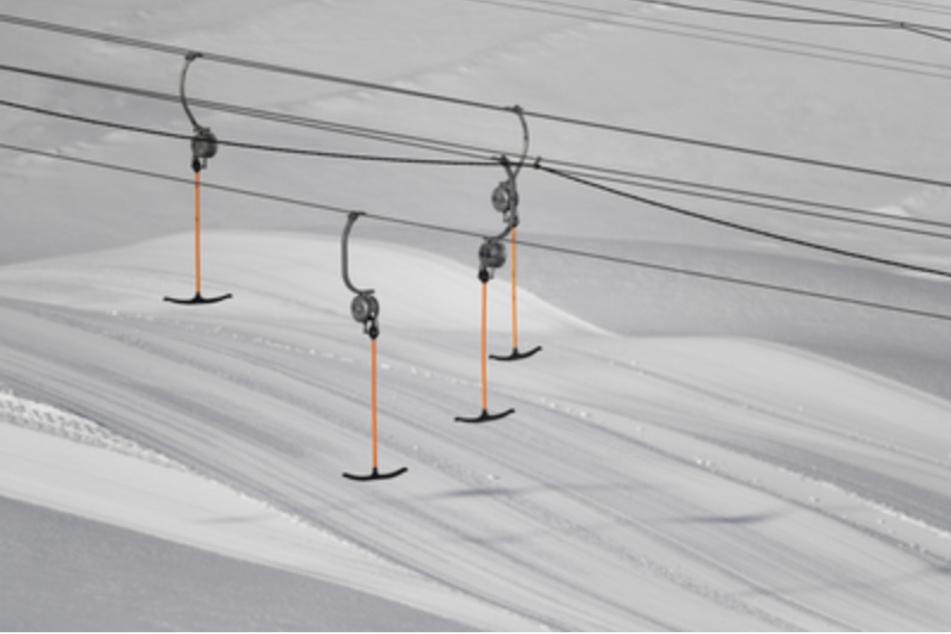 Liftbügel eines Schlepplifts hängen im geschlossene Skigebiet auf der Zugspitze in der Luft. Die Skigebiete sind vorbereitet aber wegen der Corona-Pandemie ist Skifahren nicht möglich.