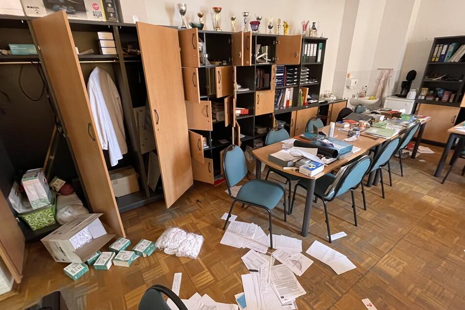 Dieses Chaos ließen die drei Teenager in der Schule zurück.