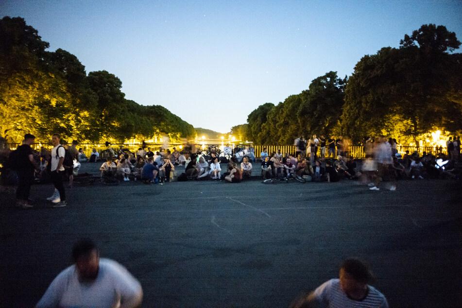 Auf der beliebten Sachsenbrücke im Leipziger Clara-Zetkin-Park kam es in letzter Zeit immer wieder zu wilden Partyszenen.