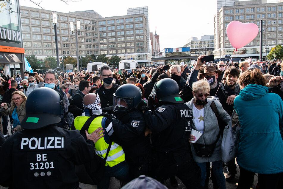 Laut der Berliner Innenverwaltung werden Corona-Leugner zunehmend aggressiver. Dieses Bild stammt von einer Demonstration am Berliner Alexanderplatz vom 25. Oktober.