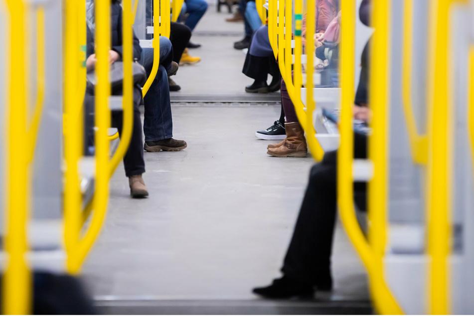 Fahrgäste sitzen in einer U-Bahn.