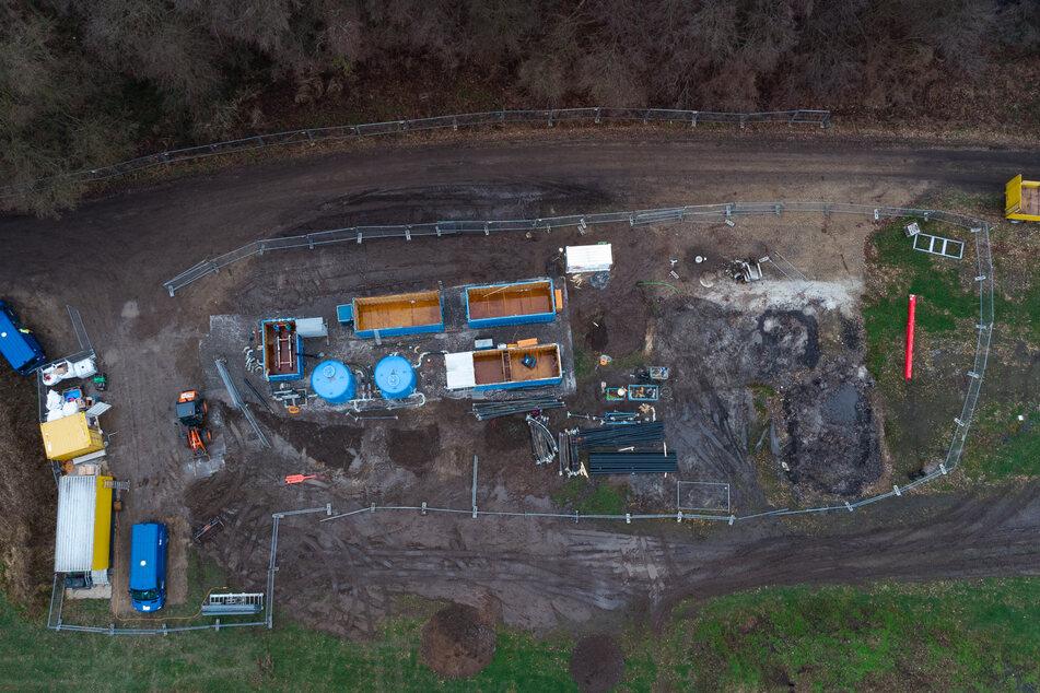 Maschinen und Anlagen stehen auf der Baustelle vom geplanten Coca-Cola-Brunnen (Aufnahme mit einer Drohne).