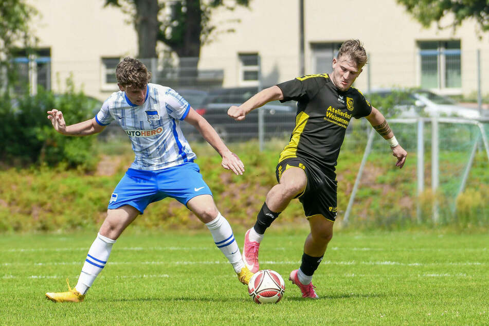 Justin Weber (Hertha BSC II, l.) und Tugay Uzan (VSG Altglienicke) im Zweikampf. Kurz nach dem Abpfiff dieses Testspiels stürmten Vermummte das Spielfeld.