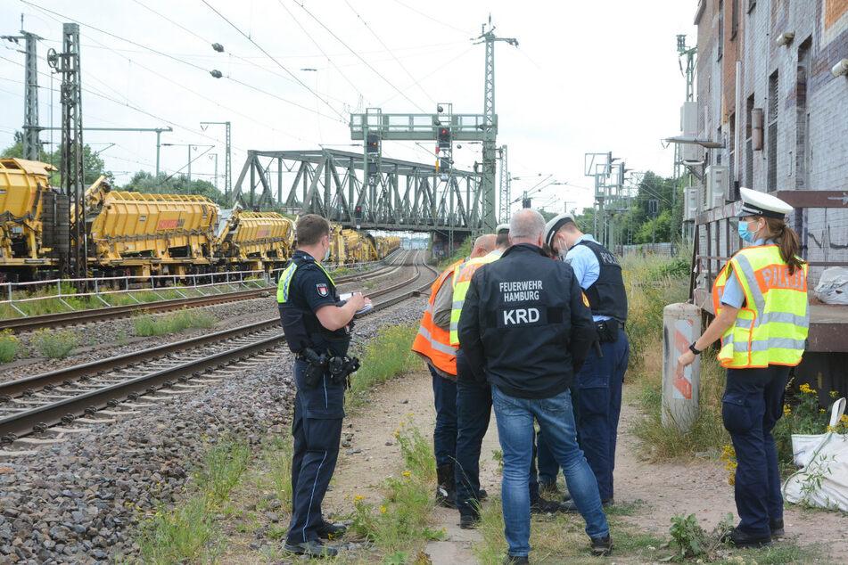 Polizei und Feuerwehr stehen an den Gleisen. In Veddel wurde eine Fliegerbombe gefunden.