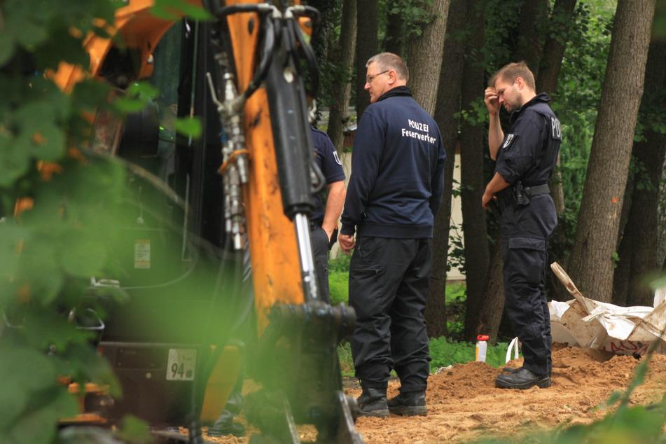 Polizei und Feuerwehr am Fundort. Bei Bauarbeiten ist eine Fliegerbombe entdeckt worden.