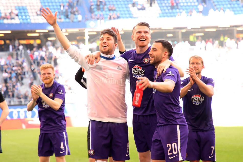 Tom Baumgart, Steve Breitkreuz und Calogero Rizzuto (v.l.) feierten das 1:1 beim HSV seinerzeit wie einen Sieg.