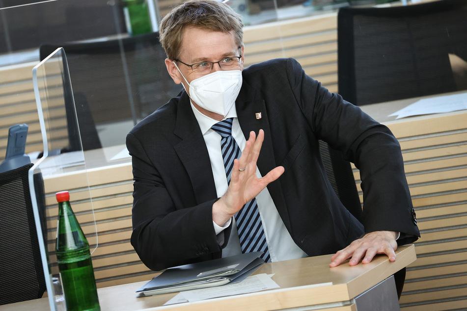 Daniel Günther (CDU), Ministerpräsident von Schleswig-Holstein, nimmt einer Landtagssitzung teil.