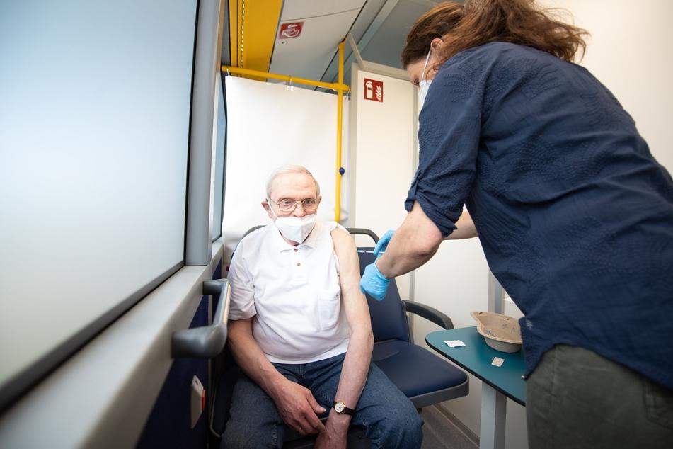 Impfung auf Rädern: Manfred Peters wird in einem Impfbus des DRK Sachsen von Krankenschwester Cornelia Perßen gepikst.