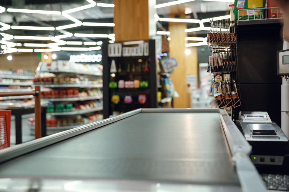In Bergheim hat ein Supermarktdieb (31) am Mittwoch einen Ladendetektiv (46) attackiert und ist anschließend geflüchtet. Am Tatort hinterließ der Mann allerdings einen besonderen Hinweis. (Symbolbild)