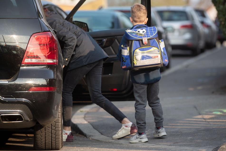"""Vor fünf Dresdner Schulen könnte es bald testweise ein Halteverbot für """"Elterntaxis"""" geben. (Archivbild)"""