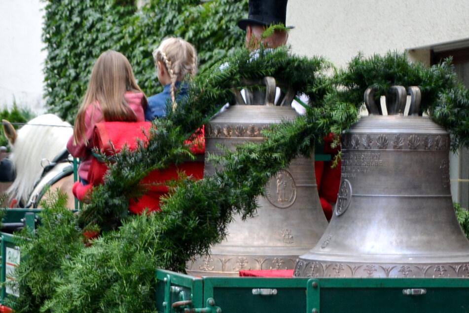 Mit einem Umzug per Pferdegespann wurden die beiden neuen Glocken in Leipzig-Probstheida begrüßt.