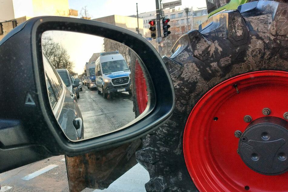 Traktoren, die von Polizeifahrzeugen eskortiert werden, fahren durch Berlin. (Archivbild)