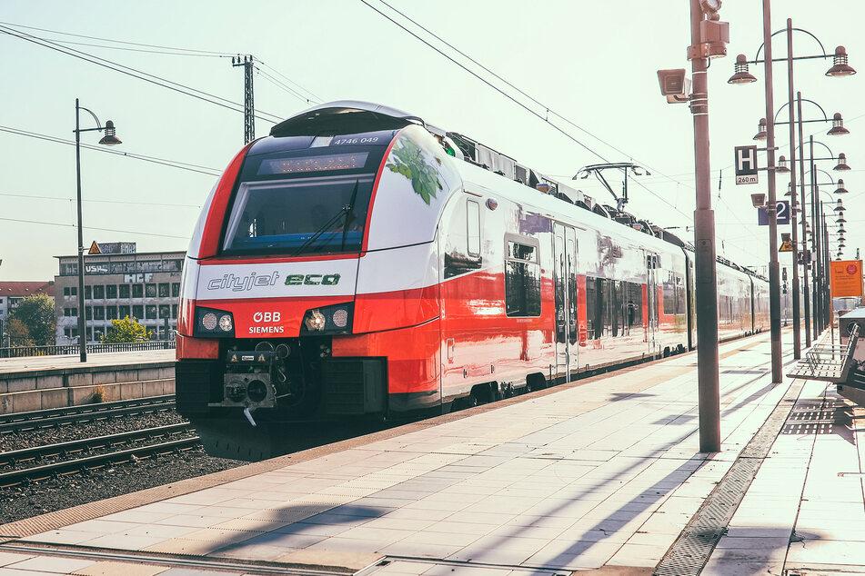 Der Zug kann über 250 Fahrgäste transportieren, ohne auf Strom aus der Oberleitung angewiesen zu sein.