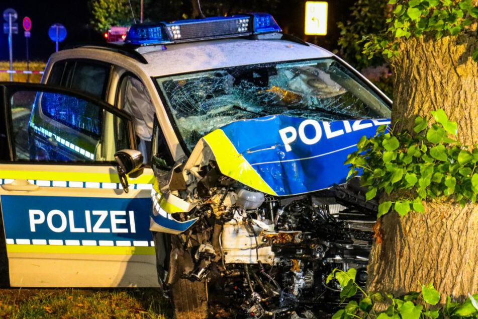 Polizeiwagen kracht gegen Baum: Zwei Beamte schwer verletzt!
