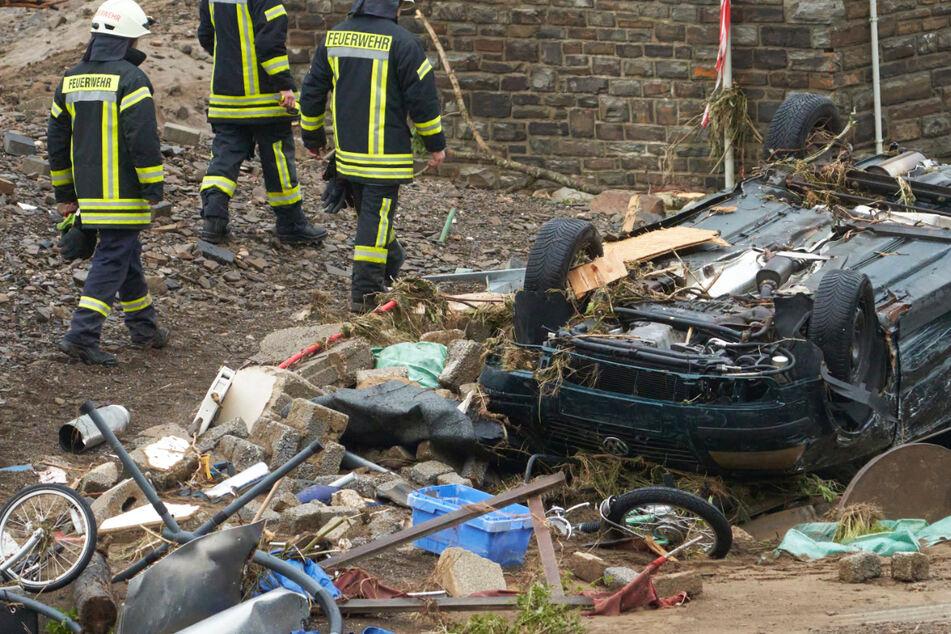 Das Bild zeigt ein zerstörtes Auto und Trümmer in dem Dorf Schuld in Rheinland-Pfalz.