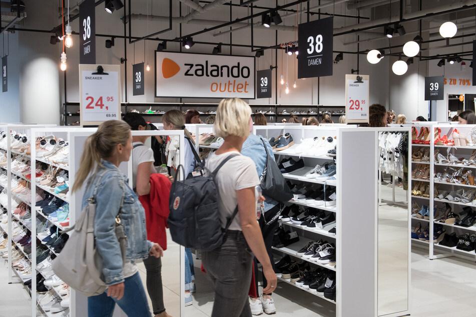 Kunden besuchen einen neuen Zalando-Store.