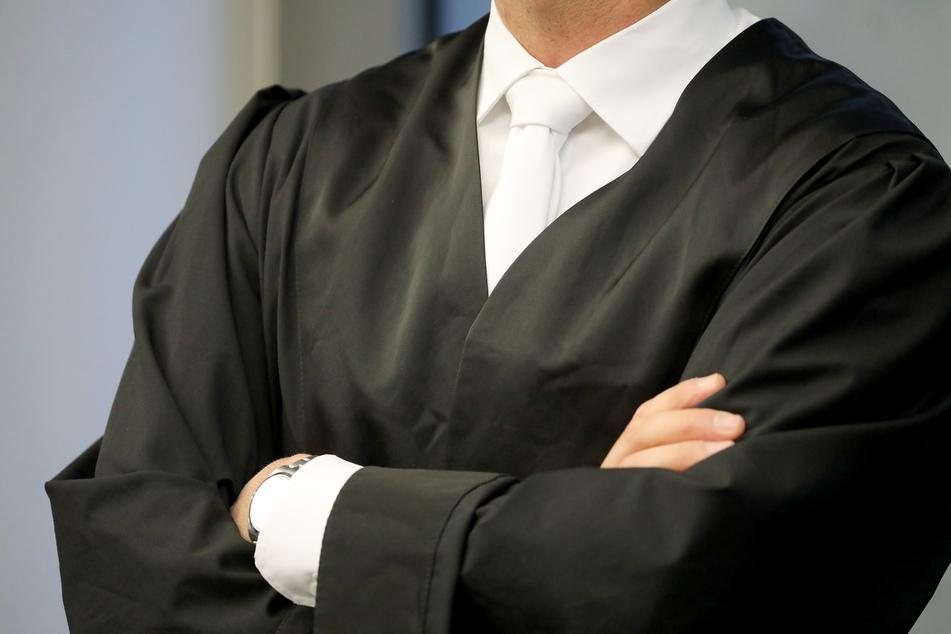 Der angeklagte Rechtsanwalt bestreitet alle Vorwürfe. (Symbolbild)