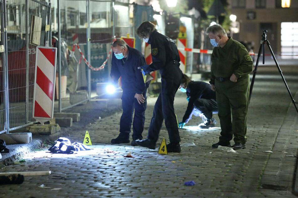 Der 55-Jährige wurde an der Ecke Schloßstraße/Rosmaringasse getötet. Die Polizei sperrte den Tatort weiträumig ab.