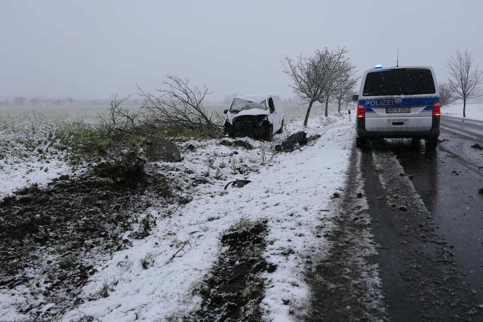 Bei Großsteinberg geriet ein VW-Transporter von der Fahrbahn. Der Wagen riss einen Baum um und überschlug sich. Der Fahrer erlitt leichte Verletzungen.