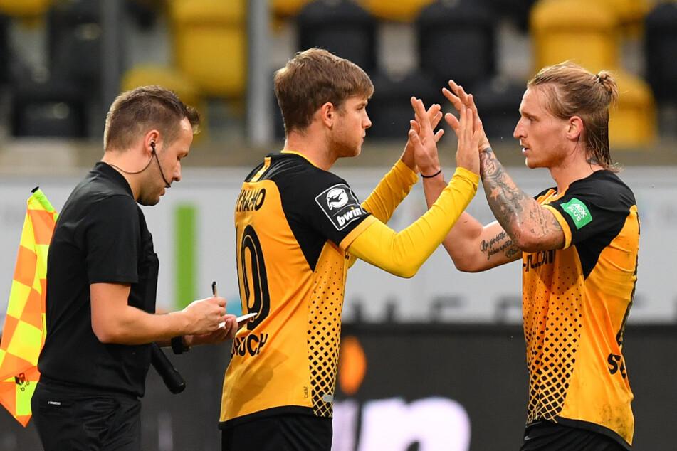Dynamos Marvin Stefaniak (r.) geht für Patrick Weihrauch. Künftig sind in der 3. Liga wieder fünf Wechsel möglich.