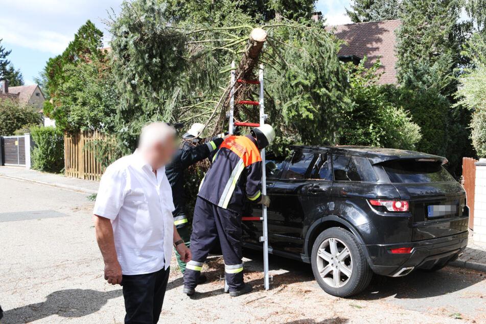 In Mittelfranken wurde ein Land Rover von einem Baum getroffen.