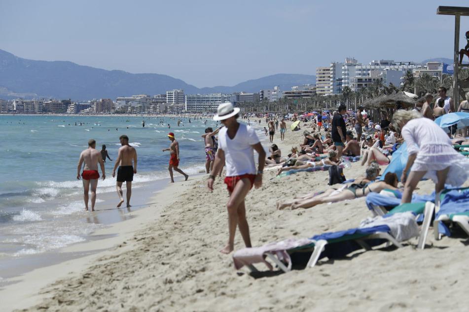 Ein Blick auf Palma de Mallorca im Juni 2021. Zahlreiche Touristen zieht es an den Strand.