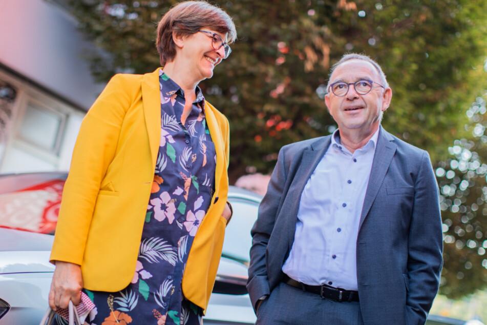 Saskia Esken und Norbert Walter-Borjans stehen während ihrer Sommerreise beim Besuch einer Wahlkampfveranstaltung des Bürgermeisters von Neuss (NRW) nebeneinander.