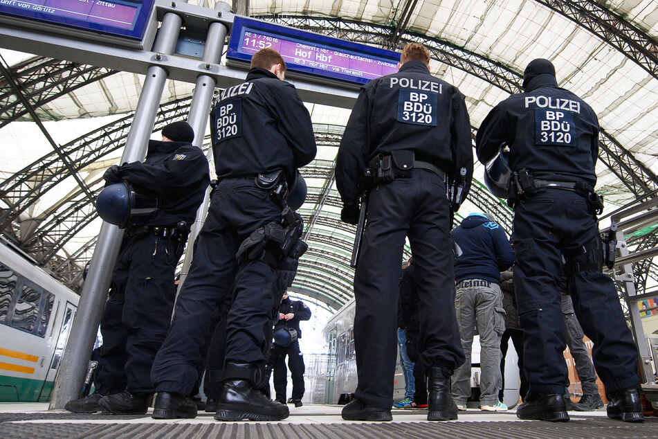 Polizisten führen auf dem Dresdner Hauptbahnhof Identitätskontrollen von Personen durch (Symbolbild).