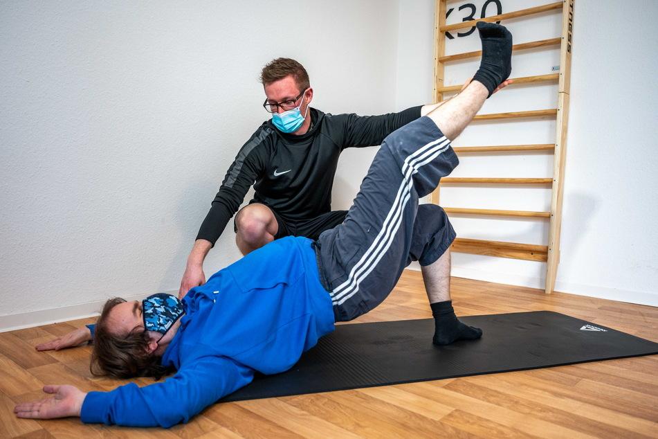 Beim Beckenheben kann man zusätzlich auch ein Bein ausstrecken.