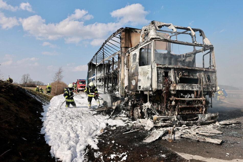Der Lkw brannte komplett aus.